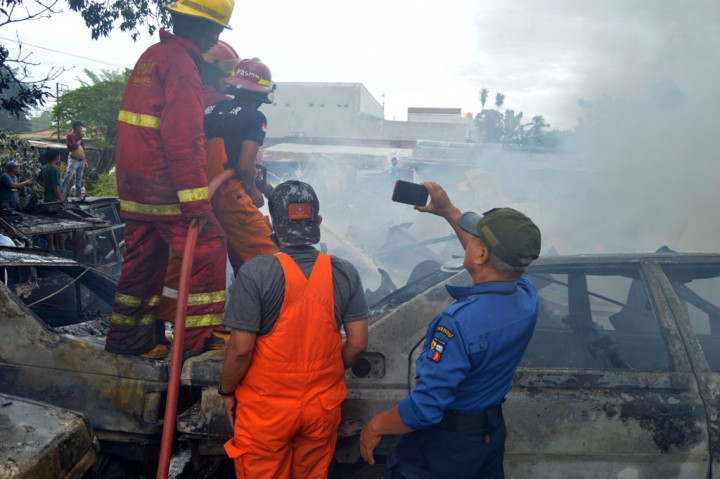 Kebakaran Landa Bengkel Mobil Bekas di Parung