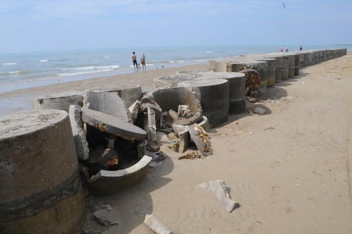 Tanggul Penahan Ombak di Pantai Desa Tanjung Madura Rusak