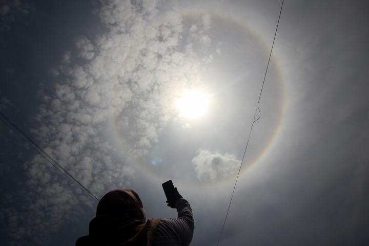 Potret Fenomena Halo Matahari di Surabaya