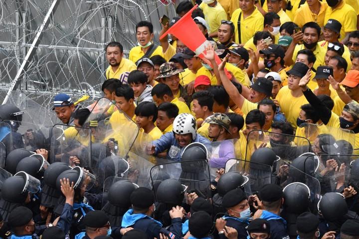 55 Orang Terluka Akibat Bentrokan di Luar Parlemen Thailand