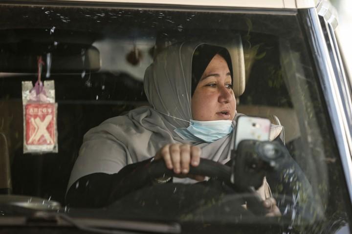 Ini Sosok Sopir Taksi Perempuan Pertama di Jalur Gaza