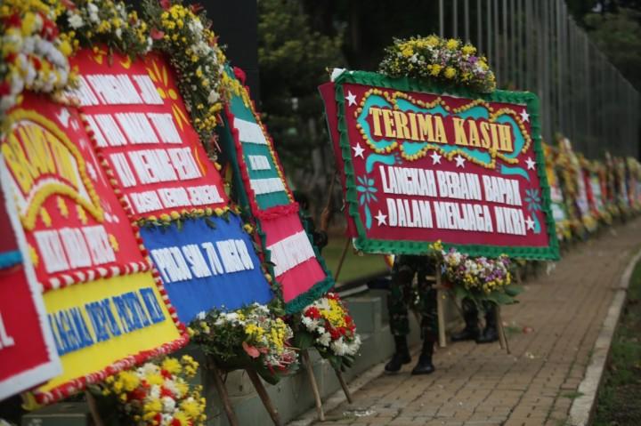 3 Foto Terpopuler: Karangan Bunga Penuhi Kodam Jaya hingga