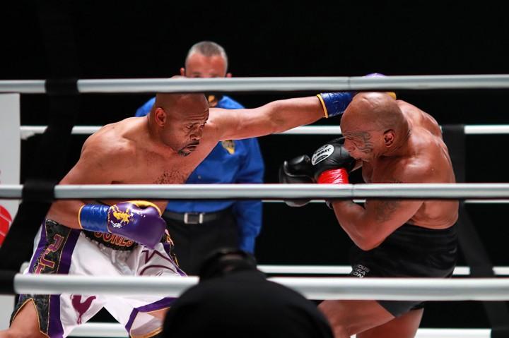 3 Foto Terpopuler: Pertarungan Mike Tyson Vs Roy Jones Jr hingga