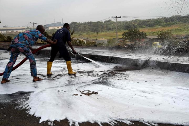 Kapal Tanker Pengangkut Bensin Terbakar di Nigeria