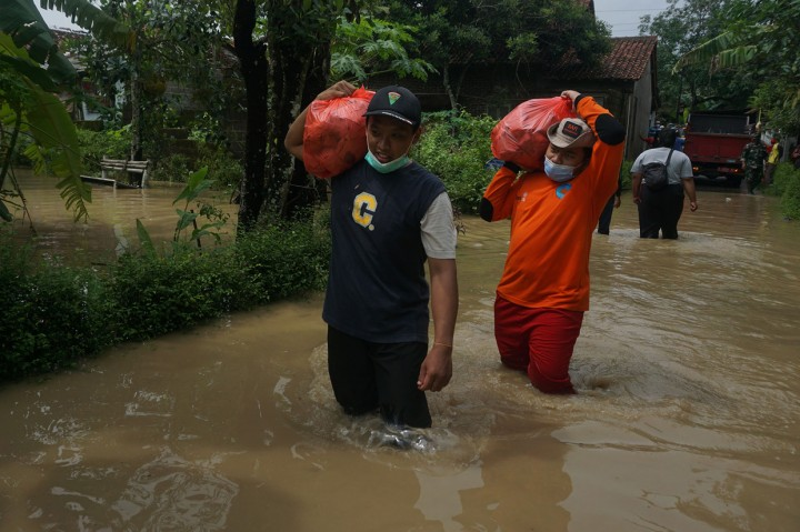 Melihat Proses Evakuasi Korban Banjir Banyumas