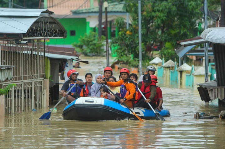 Potret Proses Evakuasi Korban Banjir Deliserdang
