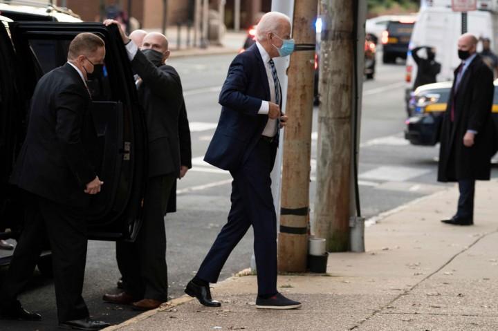 Saat Joe Biden Mengenakan Sepatu Beda Sebelah