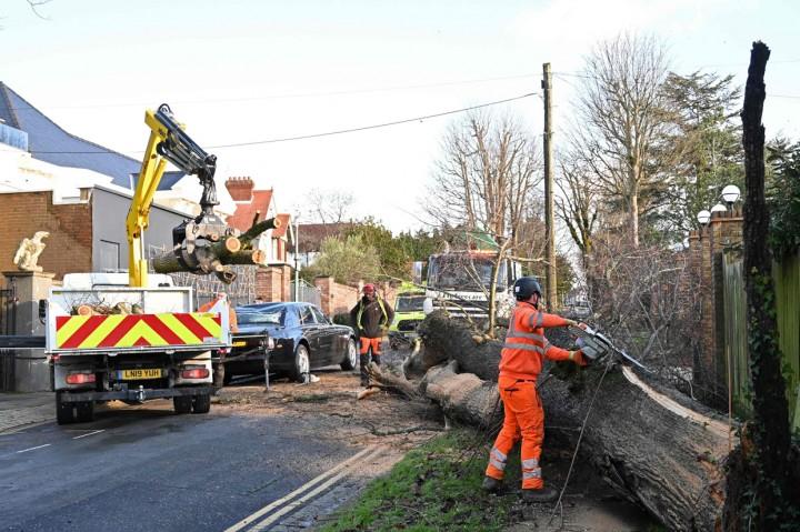 Potret Kerusakan Akibat Badai Bella di Sejumlah Wilayah Inggris
