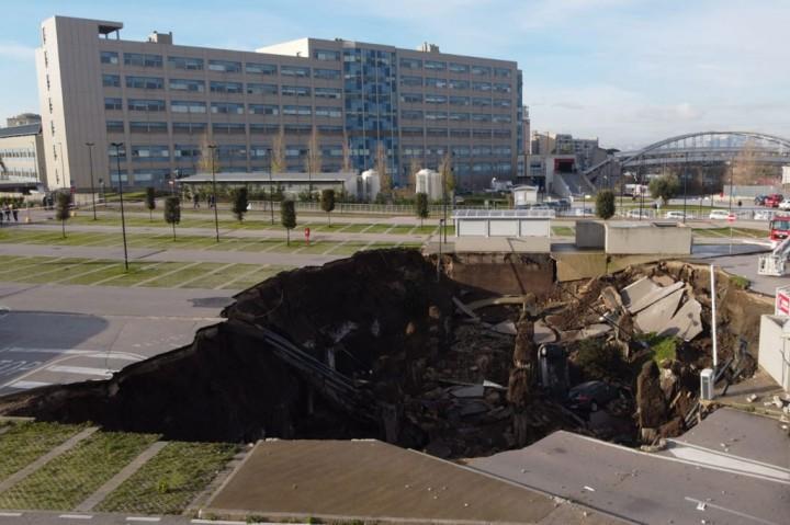 Sinkhole Tiba-tiba Muncul di RS Khusus Covid-19 di Napoli,