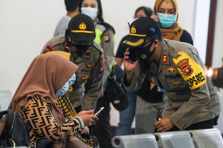 Keluarga Penumpang Sriwijaya Air Menanti Kabar di Bandara