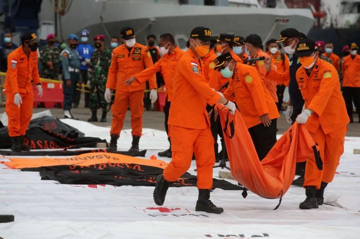 Kantong Jenazah Korban Pesawat Sriwijaya Air Disemprot