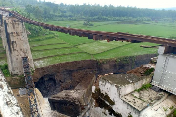 Jembatan Kereta Api di Brebes Putus, Perjalanan KA Terganggu