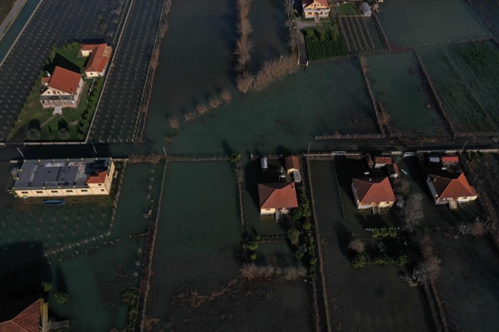 Potret Albania Dikepung Banjir