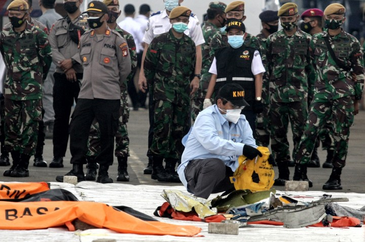 KRI Tenggiri Bawa 6 Kantong Berisi Serpihan Pesawat hingga