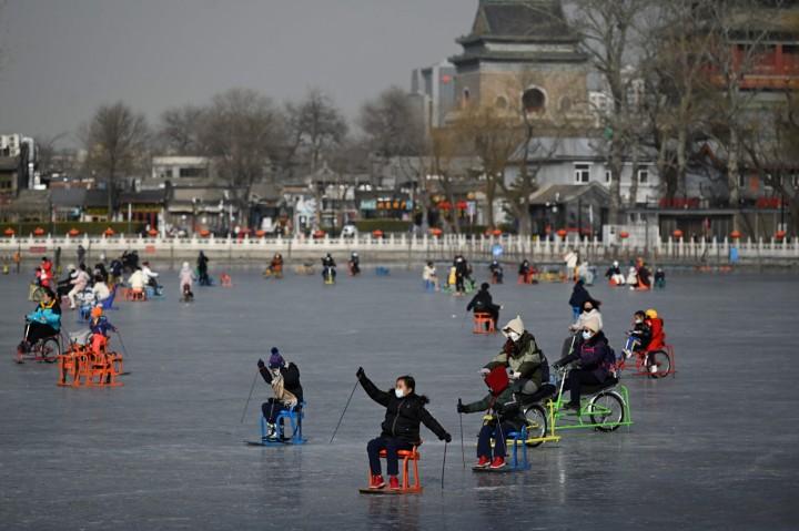 Serunya Berseluncur di Atas Danau Beku di Beijing