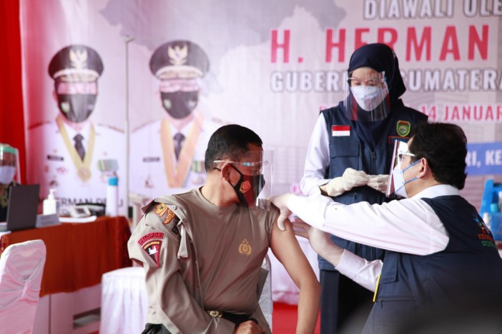 Gubernur Sumsel Herman Deru Awali Suntik Vaksin dari Wilayah
