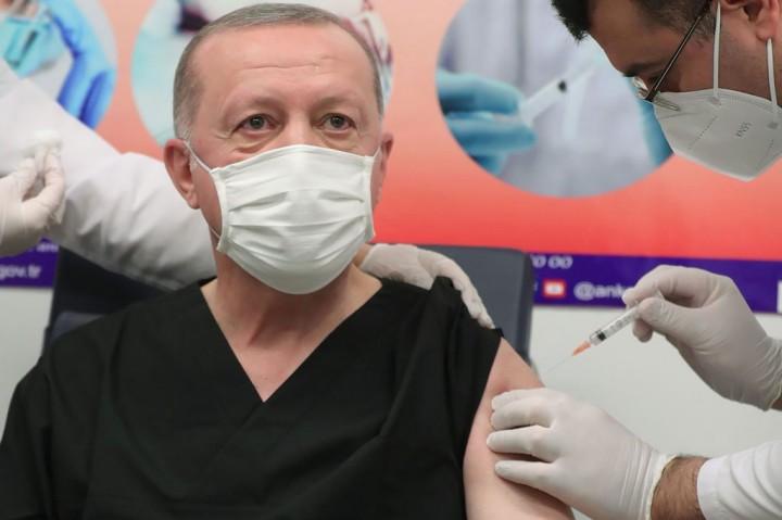 Sama Seperti Jokowi, Erdogan juga Disuntik Vaksin Sinovac