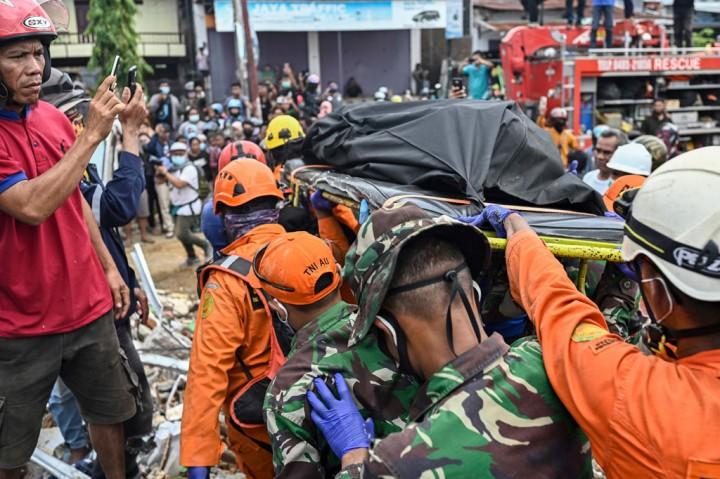 3 Foto Terpopuler: Pencarian Korban Gempa Sulbar hingga Gunung