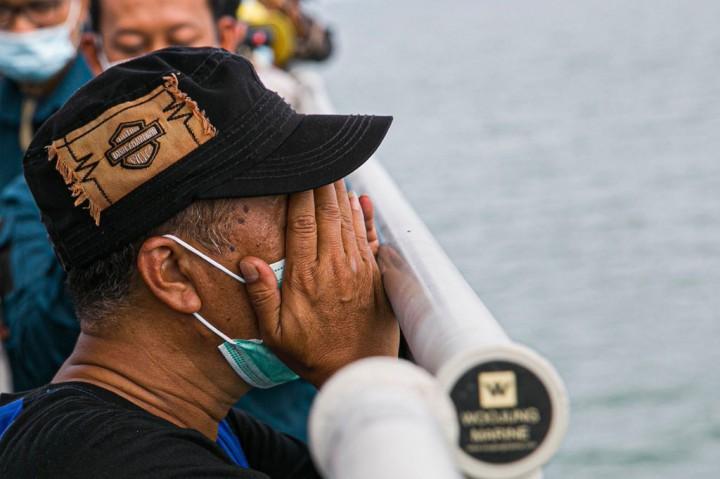 3 Foto Terpopuler: Prosesi Tabur Bunga di Lokasi Jatuhnya SJ-182