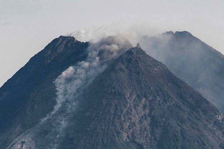 Gunung Merapi Luncurkan Guguran Lava Pijar 17 Kali