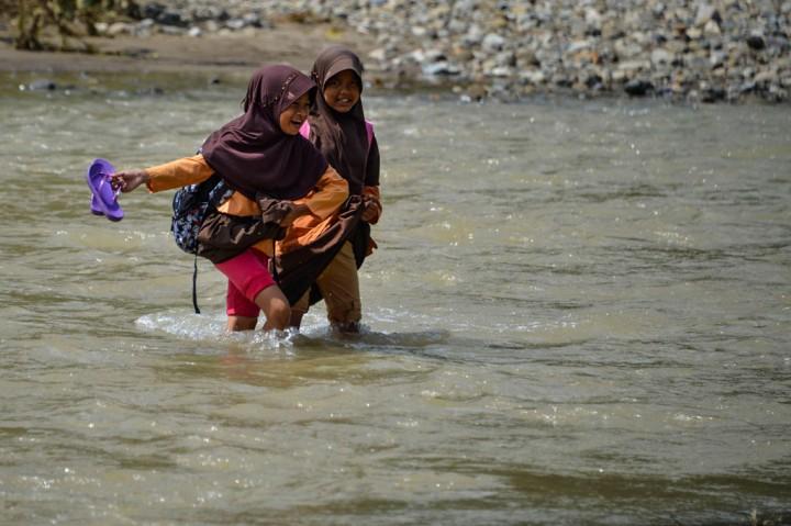 Jembatan tak Kunjung Jadi, Siswa Sekolah Bertaruh Nyawa