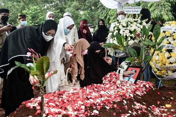 3 Foto Terpopuler: Prosesi Pemakaman Kapten Afwan hingga Bom