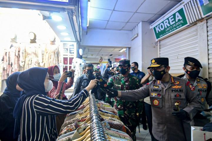 3 Foto Terpopuler: Kapolri dan Panglima TNI Tinjau Prokes di