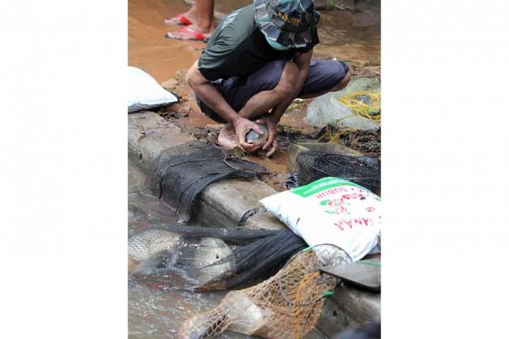 Saat Warga Menjala Ikan di Tengah Banjir Jakarta
