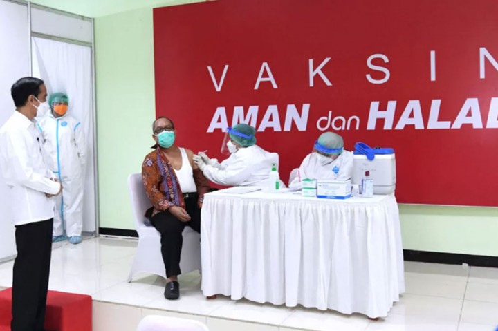 Potret Jokowi Tinjau Vaksinasi untuk Tenaga Pendidik di SMAN 70