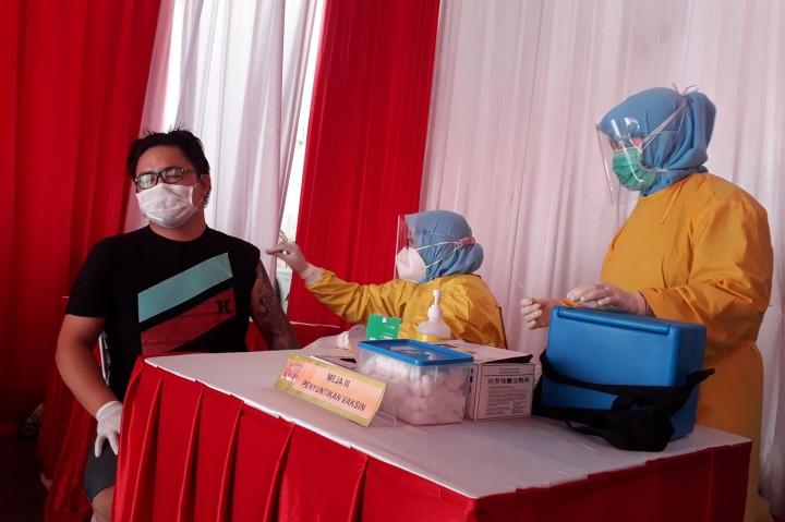 Foto: 253 Pedagang Pasar Cinde Palembang Jalani Vaksinasi