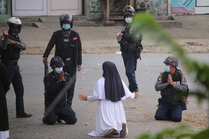 Heroik! Suster Berlutut di Depan Pasukan Myanmar Demi Lindungi