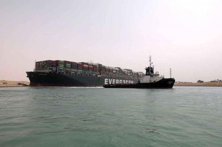 Melihat Upaya Evakuasi Kapal Kontainer Raksasa yang Terjebak di