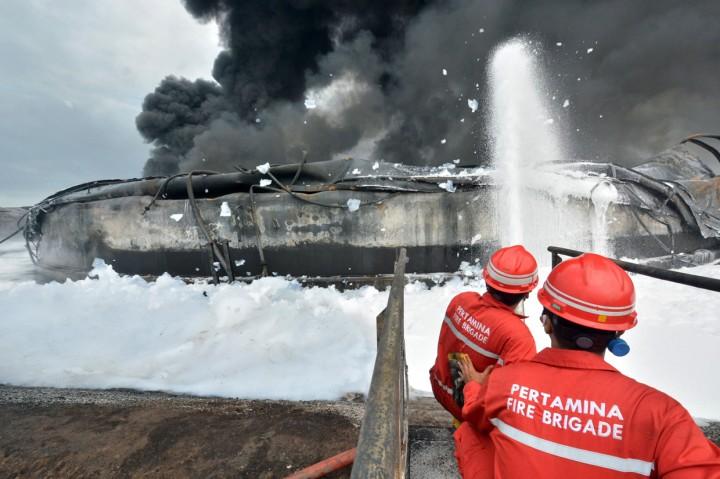 Foto: Upaya Pemadaman Kebakaran Tangki di Kilang Balongan