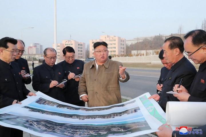 Potret Kim Jong-un Tinjau Proyek Apartemen di Tepi Sungai Pothong