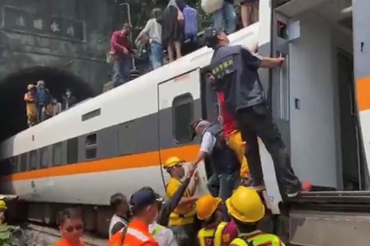 Proses Evakuasi Penumpang Kereta yang Tergelincir di Taiwan