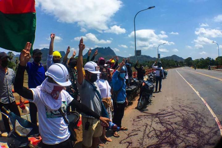 Aktivis Siramkan Cat Merah untuk Protes Pertumpahan Darah Junta