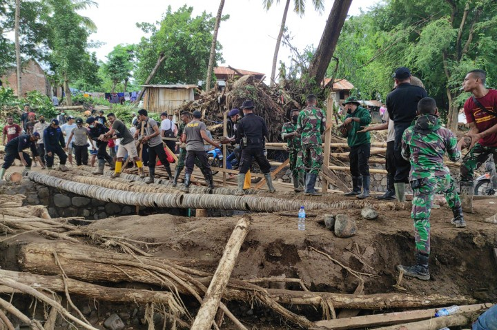 TNI-Polri dan Warga Gotong Royong Buat Jembatan Darurat di