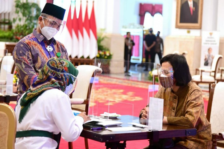 Jokowi-Ma'ruf Serahkan Zakat Sekaligus Luncurkan Gerakan Cinta