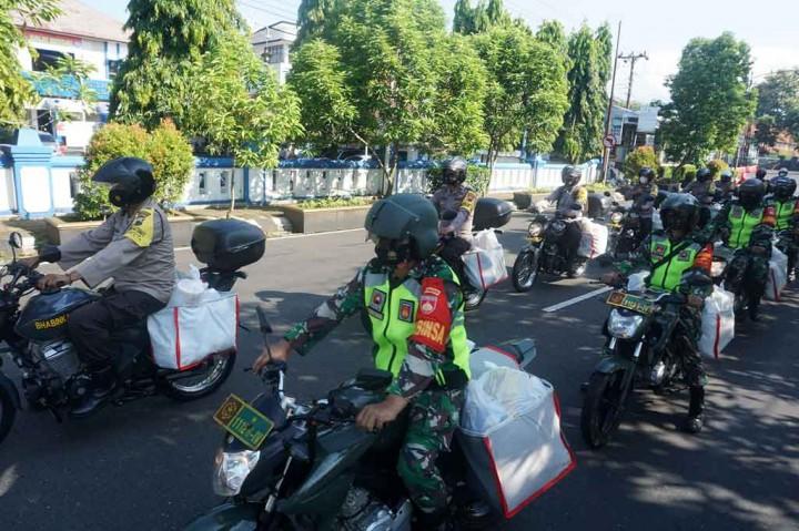 Personel TNI/Polri Distribusikan Bantuan Sembako untuk Warga