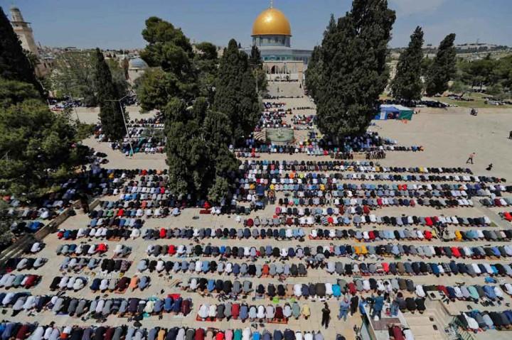 Potret Warga Palestina Salat Jumat di Al-Aqsa