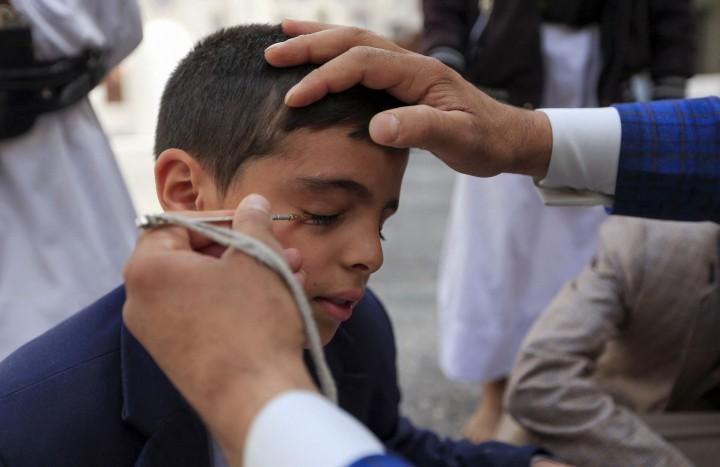 Foto: Tradisi Unik Merias Kelopak Mata saat Ramadan di Yaman