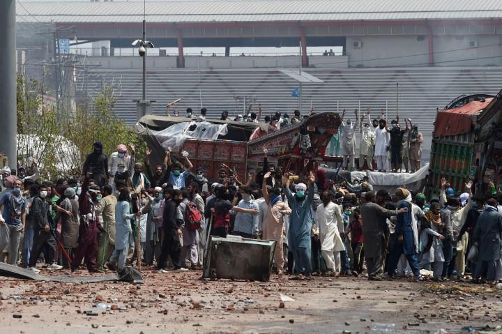 Bentrokan Partai Islam dan Kepolisian di Pakistan Lumpuhkan