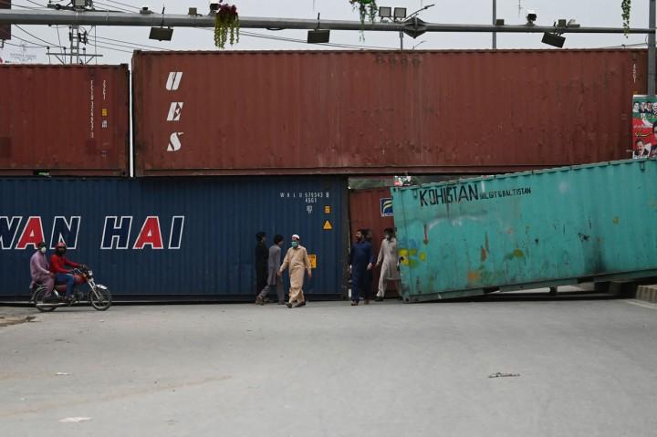 Foto: Bentrokan di Pakistan, Polisi Blokade Jalan Pakai Peti