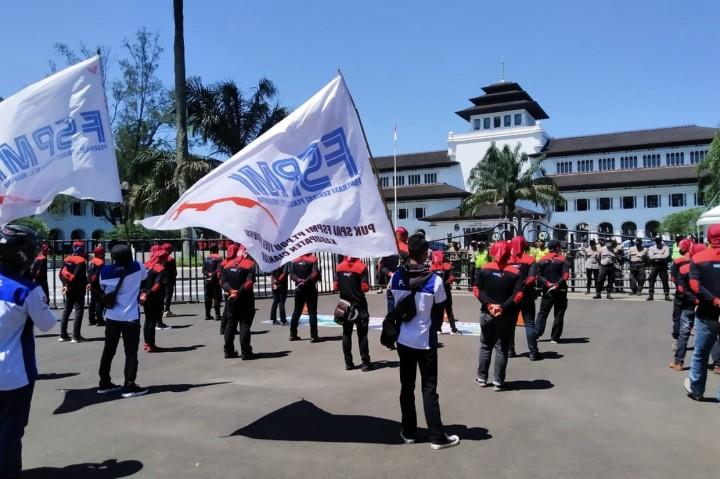 Tolak THR Dicicil, Aliansi Buruh Jawa Barat Demo di Gedung Sate