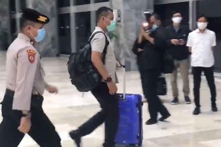 Petugas KPK Bawa Dua Koper dari Ruang Azis Syamsuddin