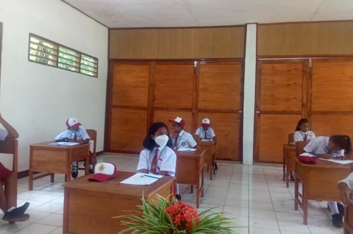 Sekolah Ambruk, Siswa di NTT Dijemput Dari Posko Pengungsian