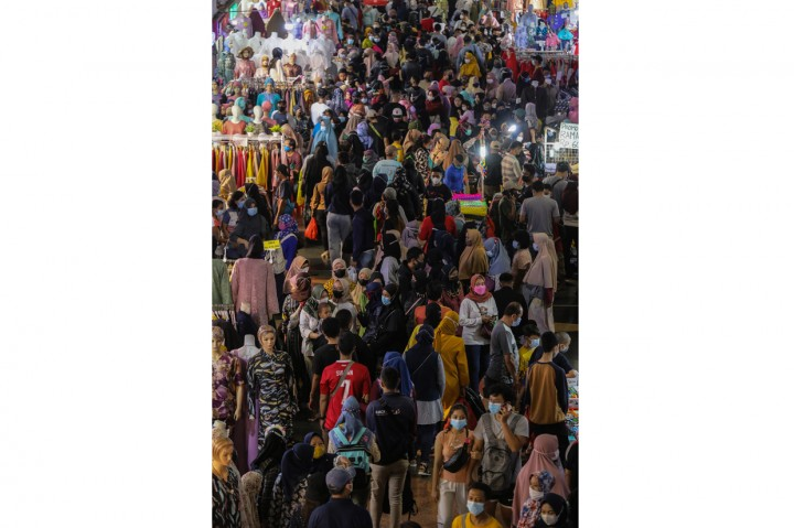 Foto: Pengunjung Berdesakan di Skybridge Pasar Tanah Abang