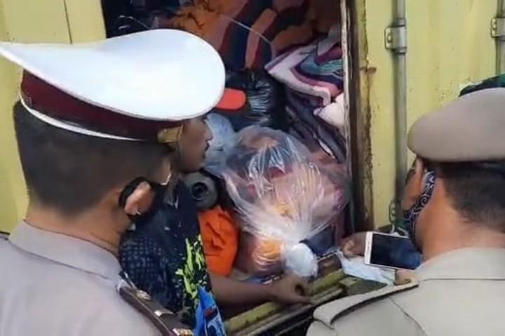 Pemudik Nekat Sembunyikan Motor di Dalam Mobil Box Pengangkut