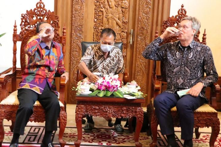 Promosi Arak Bali, Koster Gelar Toast Arak dengan Dubes Uni Eropa