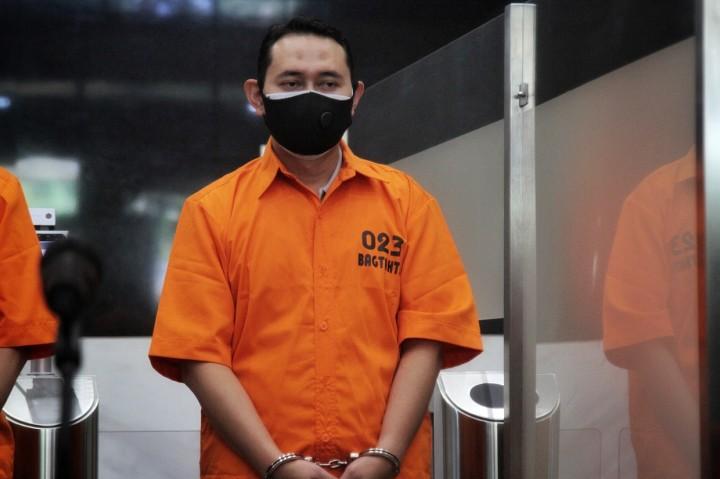 Potret Bupati Nganjuk Berbaju Oranye dan Diborgol